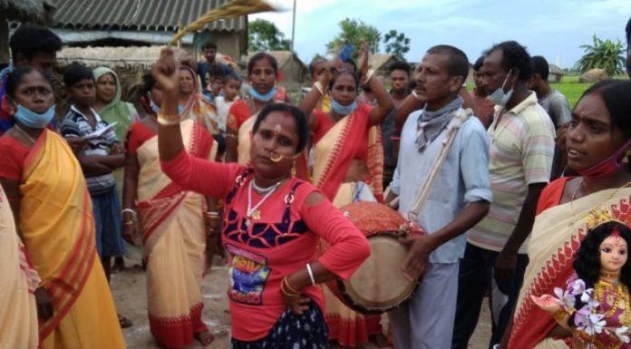 শিল্পিরা ভাদু গান পরিবেশন করছেম